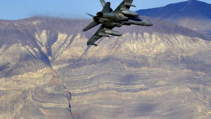 Ein US-Kampfjet des Typs F/A-18D Hornet bei einem Flug am westlichen Rand des Death Valley Nationalparks. (Archivbild)