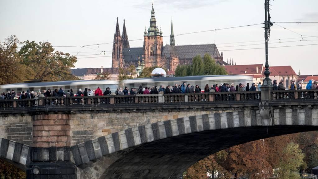Moldaubrücke in Prag: Die Schlange all jener, die Abschied von ihrem Idol Karel Gott nehmen möchten, reicht vom Sophienpalast, wo der Sarg aufgebahrt ist, bis ans andere Ufer des Flusses.