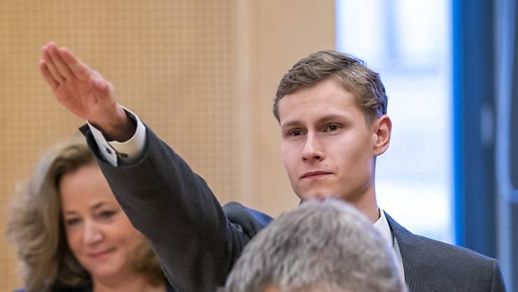 ARCHIV - Der Angeklagte, der Anfang August 2019 in Norwegen seine Stiefschwester tötete und anschließend eine Moschee bei Oslo angriff, steht zwischen seinen Anwälten Unni Fries (l) und Audun Becksrom. Foto: Heiko Junge/NTB scanpix/AP/dpa