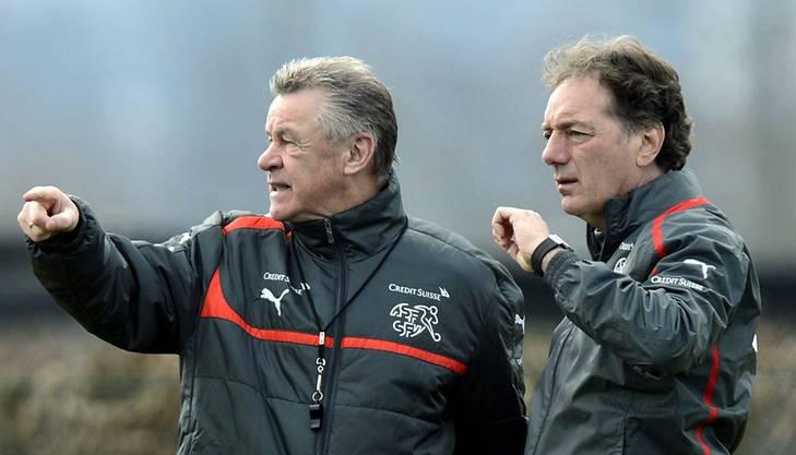 Coach Ottmar Hitzfeld und Assistent Michel Pont arbeiten die Strategie aus