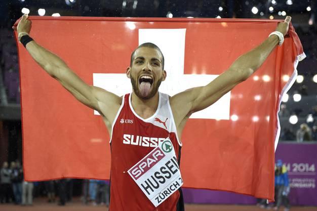 Hussein auf seiner Ehrenrund im Stadion mit der Schweizer Fahne.
