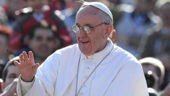 Papst Franziskus geniesst das Bad in der Menge auf dem Petersplatz (Archiv)
