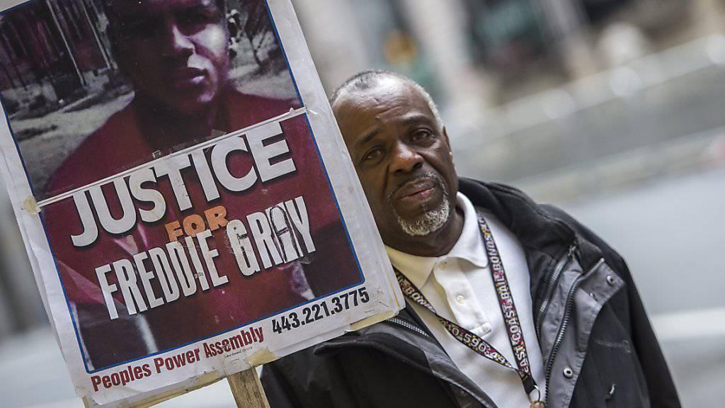 Ein Demonstrant fordert vor dem Gerichtsgebäude in Baltimore Gerechtigkeit für Freddie Gray