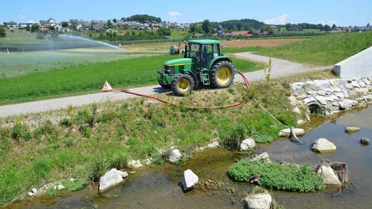 Bewässerung verboten: Der Kanton hat die Wasserentnahme in verschiedene Aargauer Bächer und Kleinflüsse verboten, wie hier an der Bünz. (Archivbild)