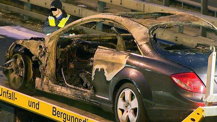 Der Mercedes wird abtransportiert.
