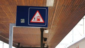 Beim Gleis 2 mahnt neu ein Schild.