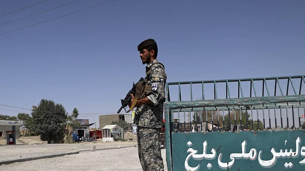 Ein afghanischer Polizist steht am Stadtrand von Masar-i-Scharif Wache. Die militant-islamistischen Taliban nähern sich zunehmend der Stadt Masar-i-Scharif im Norden Afghanistans.