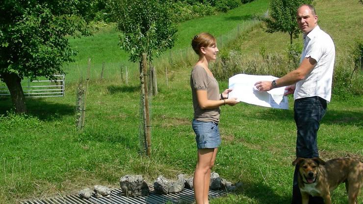 Sophia Egloff und Marco Kaufmann besprechen neben dem Einlaufschacht das Projekt Dickerebach-Tümpel. Dieter Minder