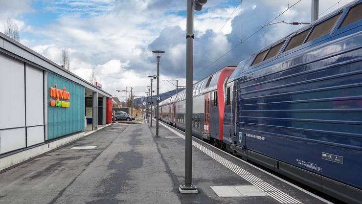 Angrenzend ans Bahnhofgebäude (l., mit Migrolino) wird der neue Busbahnhof entstehen. (Archiv)