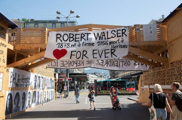 Wer zum Bahnhof will, passiert Thomas Hirschhorns Liebeserklärung an Robert Walser.
