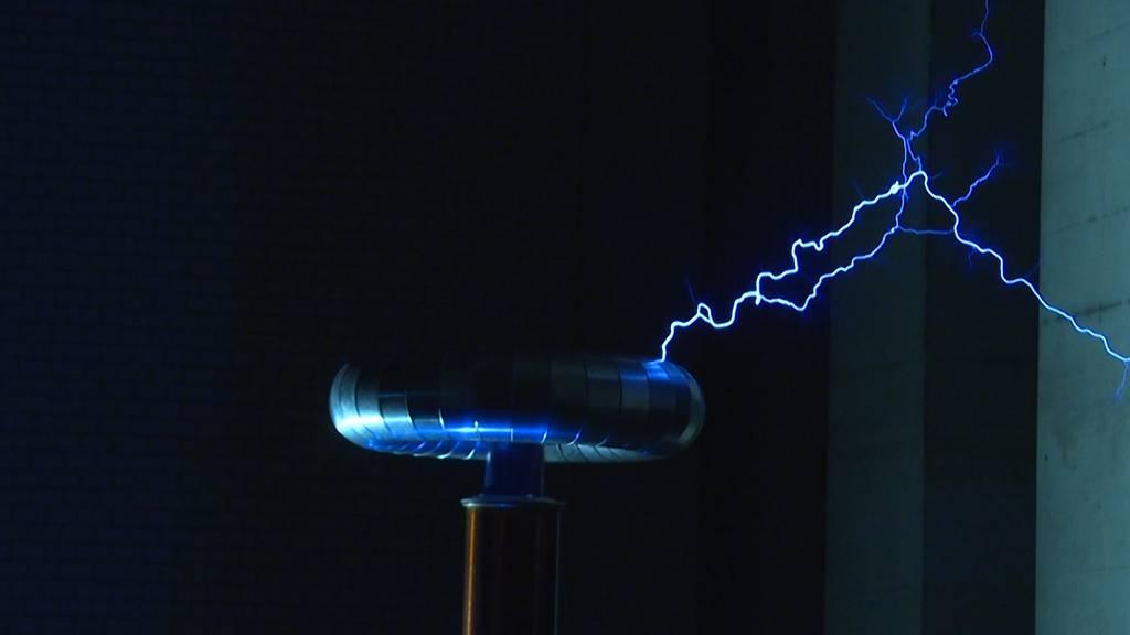 Spektakuläre Blitze: Teslatransformator in Bern