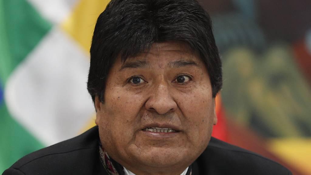 Boliviens Präsident Evo Morales will nicht über seine Stichwahl reden - er hat offiziell erneut die Präsidentschaftswahl in seinem Land gewonnen, was die Opposition allerdings anzweifelt.