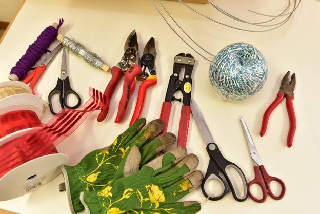Werkzeug, das fürs Palmenbinden benötigt wird