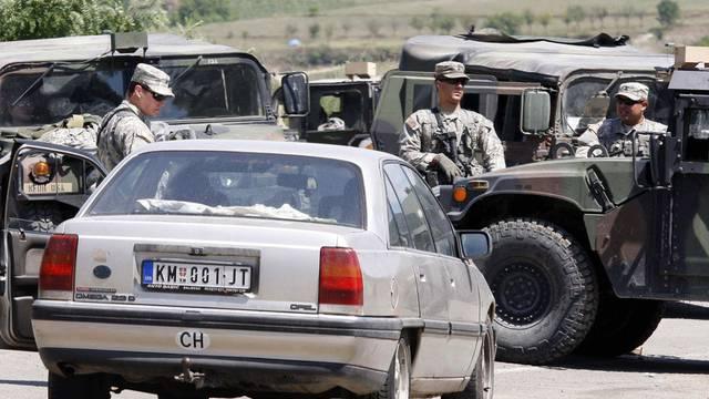 Ein Auto wird am umstrittenen Grenzübergang Jarinje kontrolliert (Archiv)