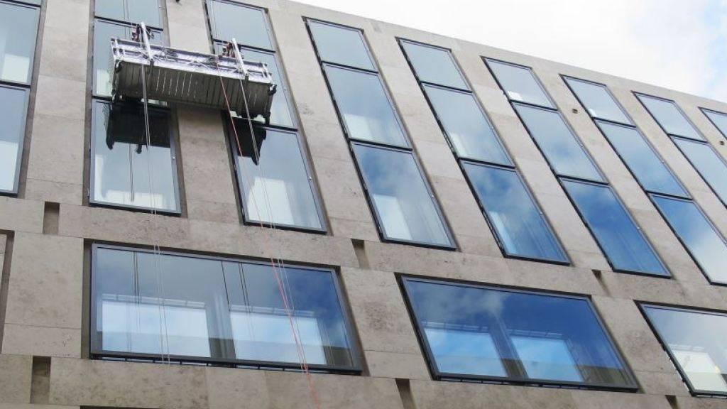 Spezialisten von Schutz&Rettung Zürich haben nach zwei Stunden zwei Fensterputzer aus misslicher Lage befreit.