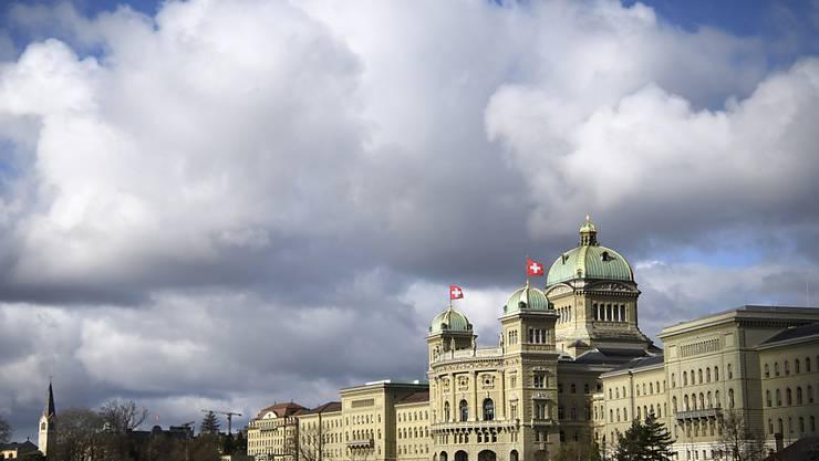 Im Bundeshaus herrscht in den nächsten drei Wochen wieder Hochbetrieb. Wegen des Coronavirus haben Besucher an der Frühjahrssession jedoch keinen Zugang zum Parlamentsgebäude. (Archivbild)