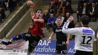 Mathias Kasapidis (links, Suhr) geht gegen Goalie Dominic Rosenberg (rechts, Bern) in den Abschluss.