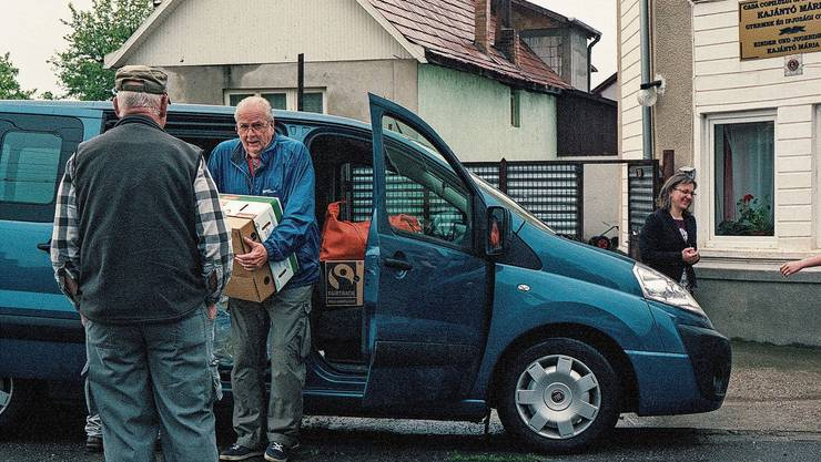 Der Aargauer Rentner Roland übergibt Hilfsgüter an ein Kinderhaus in Rumänien.