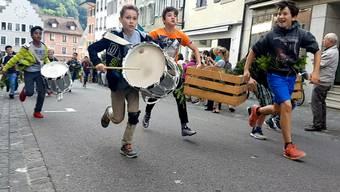 Tambouren und Harassenträger stürmen die Brugger Altstadt.