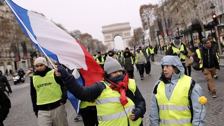 Gelbwesten beim Triumphbogen in Paris: Vor allem asiatische Touristen meiden die französische Hauptstadt im Moment wegen der Unruhen.