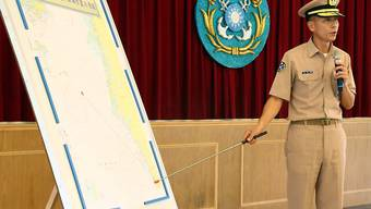 Ein taiwanesischer Armeeangehöriger erklärt mit einer Karte, wo die Anti-Schiffsrakete versehentlich abgefeuert wurde.