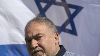 """Israels Verteidigungsminister Avigdor Lieberman tritt zurück. Der als Hardliner geltende Minister protestierte damit gegen die mit militanten Palästinensergruppen im Gazastreifen vereinbarte Feuerpause. Diese Vereinbarung sei eine """"Kapitulation vor dem Terror"""", sagte er. (Archivbild)"""