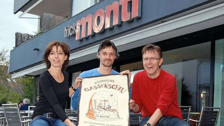 Dokumentarfilmer Heinz Winter zwischen den Betreibern von Fricks Monti Martina Welti und Philipp Weiss. sh