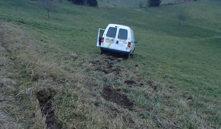 Der Lieferwagen muss ausweichen und fährt dadurch diesen Abhang hinunter.