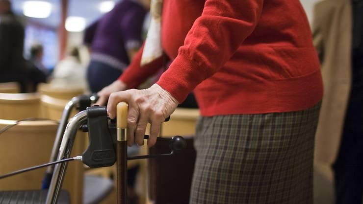Senioren, die mit dem Rollator unterwegs sind, sind froh um stufenlose Wege. (Symbolbild)