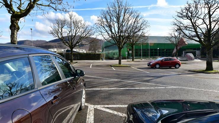 Die Parkplätze bei der Stadthalle werden bei Annahme des Parkierungsreglements neu bewirtschaftet – laut Martin Wey wohl am ehesten mit einer blauen Zone.