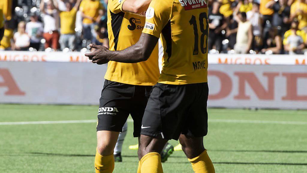 Torschütze Jean-Pierre Nsame (rechts) jubelt nach seinem 2:0) mit Passgeber Michel Aebischer