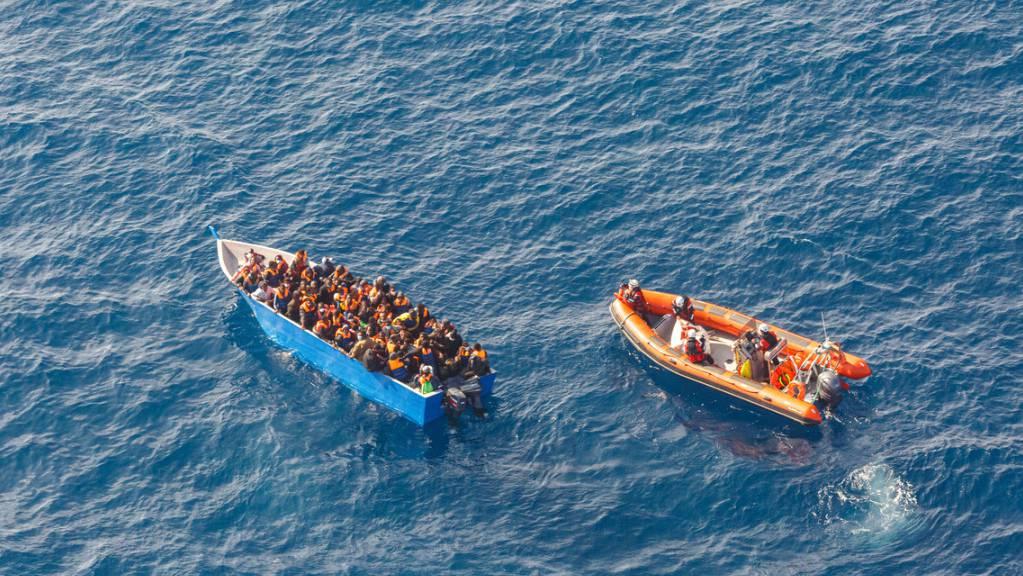 Ein früherer Rettungseinsatz der Besatzung eines Sea-Watch-Schiffs auf dem Mittelmeer. Auf der «Sea-Watch 4» befinden sich laut Angaben der privaten Seenotretter derzeit 120 Migranten, die sie innerhalb der vergangen Woche aus dem Meer gerettet haben.
