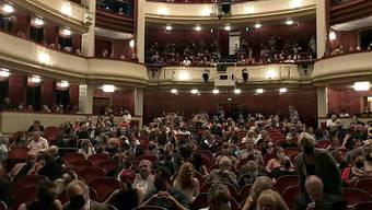 Das Publikum wartet auf die Premiere des Stücks «Ein Leben ein Traum» im Burgtheater in Wien. Foto: Wolfgang Huber-Lang/APA/dpa