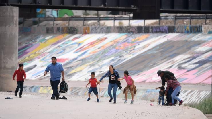 Sie kletterten über einen Zaun: Migranten aus Zentralamerika beim illegalen Grenzübertritt in die USA in der Nähe von El Paso im Bundesstaat Texas.
