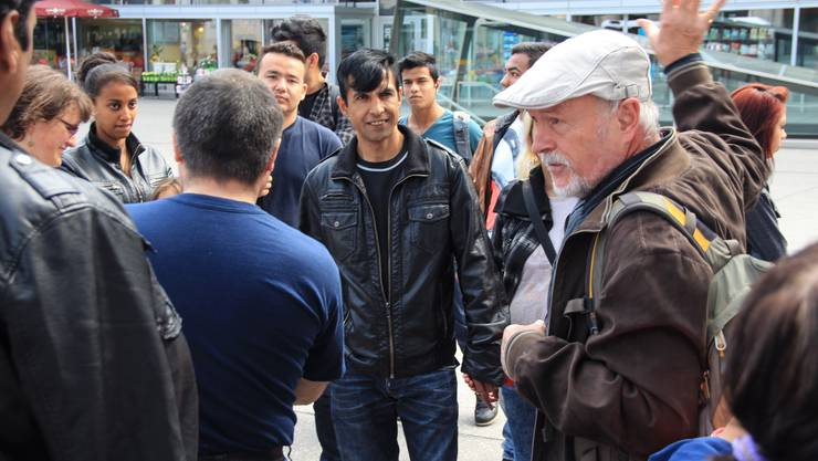 Rolf Geiser an einem Rundgang von Netzwerk Asyl Aargau im April 2014.