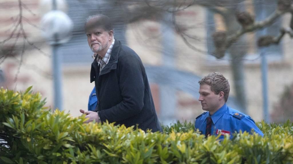 Rentner Kneubühl 2013 auf dem Weg in den Gerichtssaal in Biel. (Archivbild)