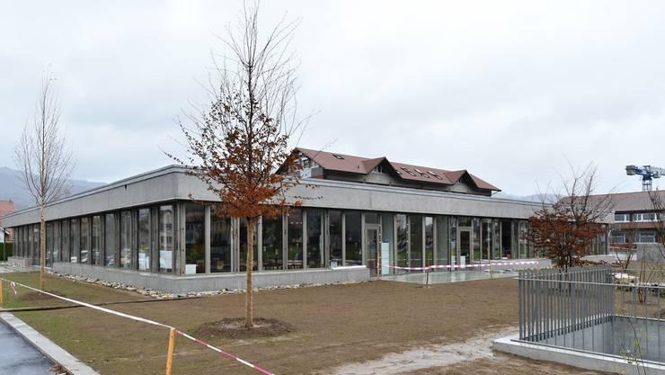 Das neue Schulhaus in Kappel mit der rundum führenden Fensterfront, die einen Einblick in die Schulräume gewährt.