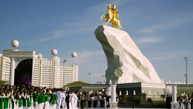 Das zentralasiatische Land Turkmenistan – im Bild eine Präsidentenstatue in der Ashgabat – erhält von der Schweiz Potentaten-Gelder zurückerstattet.