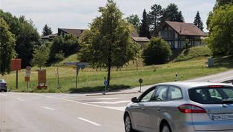 Die Hertensteinstrasse wird in Richtung Ennetbaden (links) künftig teilweise gesperrt, während sie nach Obersiggenthal (rechts) durch Ampeln dosiert wird. Alex Spichale