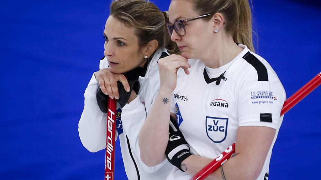 Spannung im Final: Silvana Tirinzoni (links) und Alina Pätz beobachten die Aktion der Russinnen