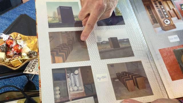 Bruno Jeker blättert im Fotoalbum und lässt seine aktuellen Modelle erklingen.