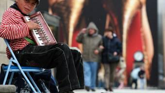 Ein zehnjähriger Strassenmusikant aus Rumänien in Berlin (Archiv)