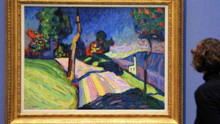 """Eine Museumsbesucherin schaut sich das Werk """"Murnau, Kohlgruberstrasse"""" des Künstlers Wassily Kandinsky aus dem Jahr 1908 an. Gemäss einer neuen Studie differieren Urteile über Kunst von Betrachter zu Betrachter zum Teil erheblich (Archivbild)."""