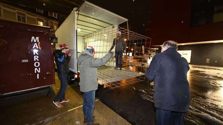 Den Gitterkäfig haben die Narren mit einem Lieferwagen hergebracht.