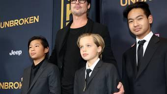 Brad Pitt soll Sohn Maddox (r) hart angefasst haben. Weil es an Bord eines Flugzeugs geschah, beauftragte die Kinderschutzbehörde von Los Angeles das FBI mit Abklärungen. Experten zufolge sind weitere Ermittlungen durch die Bundespolizei unwahrscheinlich. (Archivbild)