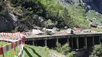 Wegen des Felssturzes bei der Galerie Tanzenbein ist die Strasse durch die Schöllenen noch mehrere Wochen gesperrt