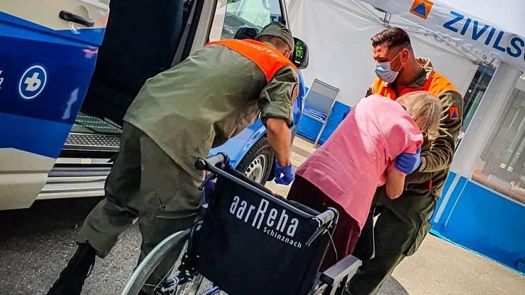 Teamwork: Zwei Zivilschutzangehörige helfen einer Patientin bei der aarReha.
