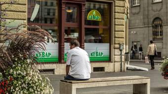 Wer während längerer Zeit Sozialhilfe bezieht, droht in eine Negativspirale zu geraten – im Bild ein Mann in Biel. Chris Iseli