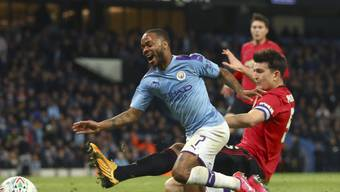 Manchester City, hier mit Raheem Sterling (links), verliert zwar das Halbfinal-Rückspiel gegen den Stadtrivalen Manchester United 0:1, steht dank dem Polster aus dem Hinspiel (1:3) aber trotzdem im Ligacup-Final