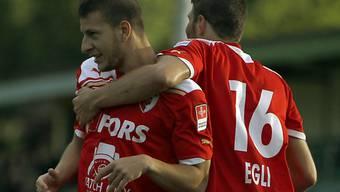 Biel-Goalgetter Morello (links) lässt sich von Egli feiern
